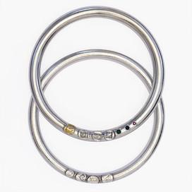 2 Armreifen, Prägungen, Edelsteine, 925-er Silber, hohl montiert